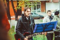 Rusia, Siberia, Novokuznetsk - pueden 9, 2017: los músicos cantan en la calle Imágenes de archivo libres de regalías