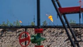 Rusia Siberia occidental En la quema de los campos petrolíferos del gas asociado Producción petrolífera foto de archivo