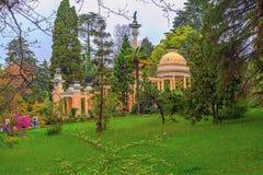 RUSIA, SOCHI, EL 1 DE MAYO DE 2015: Cenador moro en el arboreto de Sochi, Rusia, el 1 de mayo de 2015 Fotografía de archivo libre de regalías