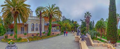 RUSIA, SOCHI, EL 1 DE MAYO DE 2015: Parque del arboreto - Casa-museo, ` de Nadezhda del ` del chalet Arboreto del parque de Sochi Fotos de archivo