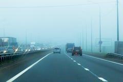 RUSIA, ST PETERSBURG - AGOSTO DE 2018: Coches en la niebla foto de archivo libre de regalías
