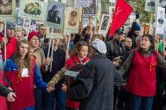 Rusia, St Petersburg - 9 de mayo: desfile del regimiento inmortal, la memoria de soldados en la gran guerra patriótica (Segunda G Fotos de archivo libres de regalías
