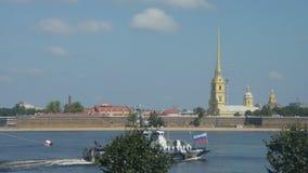 Rusia, St Petersburg, el 29 de julio de 2018 contra la perspectiva catedral de la fortaleza de Peter y de Paul, desfile naval almacen de metraje de vídeo
