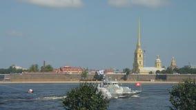 Rusia, St Petersburg, el 29 de julio de 2018 contra la perspectiva catedral de la fortaleza de Peter y de Paul, desfile naval metrajes