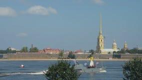 Rusia, St Petersburg, el 29 de julio de 2018 desfile naval en el fondo de la catedral de la fortaleza de Peter y de Paul almacen de video