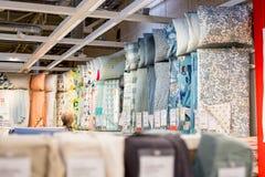Rusia, St Petersburg, el 16 de marzo de 2019 IKEA, comercio con lecho en estantes llenos Opción grande del lecho en tienda imagenes de archivo