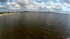 Rusia St Petersburg El golfo de Finlandia y la arena de Zenit almacen de video