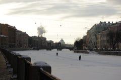 Rusia, St Petersburg, el río de Moyka en el hielo con un par de abrazo en él en el invierno Imagen de archivo