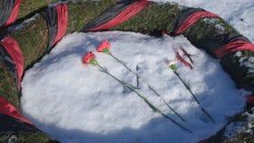 Rusia, St Petersburg, febrero de 2019: Cementerio conmemorativo de Piskaryovskoye Flores frescas en el sepulcro metrajes