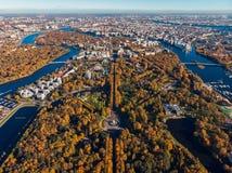 Rusia St Petersburg Golfo de Finlandia Diseño del paisaje de la simetría Cría y resto de Autumn Central Park nombrados después de imagen de archivo