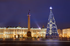 Rusia, St Petersburg, iluminación del árbol de navidad en la noche, cerca Imagen de archivo
