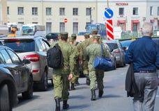 Rusia St Petersburg julio de 2016 los soldados está en la ciudad Imagen de archivo