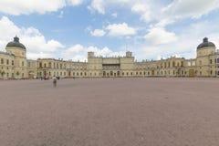 Rusia, St Petersburg, 13, julio de 2017: Palacio de Gatchina y el parque fotografía de archivo libre de regalías