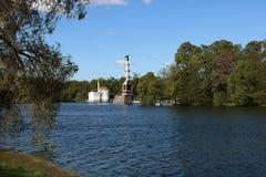 Rusia, St Petersburg, la ciudad de Pushkin 19, mayo de 2018 En la foto Ekaterina Park, Chesme ColuIn la foto Ekaterina Palace imágenes de archivo libres de regalías