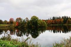 Rusia, St Petersburg, otoño en el parque de Gatchina foto de archivo libre de regalías
