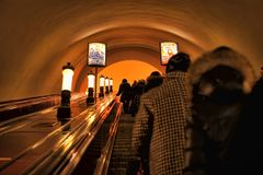 Rusia, St Petersburg, 27,01,2013 pasajeros en la escalera móvil i Fotos de archivo libres de regalías