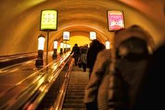 Rusia, St Petersburg, 27,01,2013 pasajeros en la escalera móvil i Imagenes de archivo