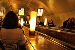 Rusia, St Petersburg, 27,01,2013 pasajeros en la escalera móvil i Imagen de archivo libre de regalías