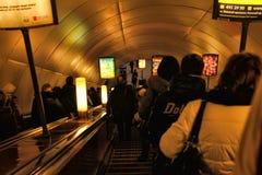 Rusia, St Petersburg, 27,01,2013 pasajeros en la escalera móvil i Imagen de archivo
