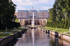 Rusia, St Petersburg, Peterhof julio de 2014, palacio con la fuente foto de archivo