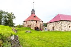 Rusia, St Petersburg, Priozersk, agosto de 2016: Museo de la fortaleza de Korela, torre de la puerta Fotos de archivo libres de regalías