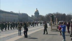 Rusia, St Petersburg, puede 23, 2019-Palace cuadrado, el ensayo de Victory Parade, banda de metales militar almacen de metraje de vídeo