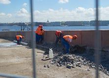 Rusia St Petersburg trabajador de julio de 2016 que repara el terraplén Fotografía de archivo libre de regalías