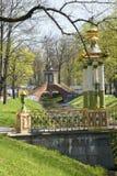 Rusia Suburbio de St Petersburg Pushkin Siglo XVIII y pequeño puente chino 1786 del puente de Krestovy en el canal de Krestovy en Fotos de archivo