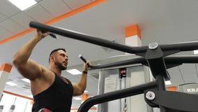 Rusia, Togliatty - 23 de febrero de 2019: Entrenamiento de la persona de deportes en el gimnasio Entrenamiento trasero Concepto d metrajes