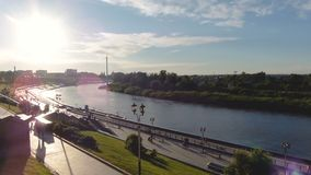 Rusia, Tyumen - 21 de junio de 2018: Opinión asombrosa de TIMELAPSE de la costa hermosa de la ciudad en la puesta del sol metrajes