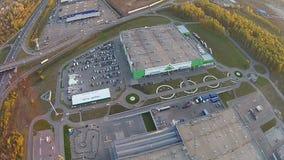 Rusia, Ufa 09 2014 Vista aérea de tiendas grandes almacen de metraje de vídeo