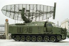 RUSIA, VERKHNYAYA PYSHMA - 12 DE FEBRERO 2018: ` automotor de la armadura del ` de la estación de radar P-40 o 1S12 en el museo d Foto de archivo