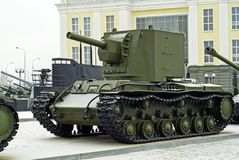 RUSIA, VERKHNYAYA PYSHMA - 12 DE FEBRERO 2018: El tanque de asalto pesado soviético KV-2 en el museo del equipo militar Foto de archivo