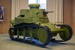 RUSIA, VERKHNYAYA PYSHMA - 12 DE FEBRERO 2018: el tanque ligero soviético temprano T-18 en el museo del equipo militar Imagen de archivo libre de regalías