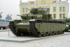 RUSIA, VERKHNYAYA PYSHMA - 12 DE FEBRERO 2018: El tanque pesado multi-turreted soviético T-35 en el museo del equipo militar Imagen de archivo libre de regalías
