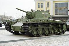 RUSIA, VERKHNYAYA PYSHMA - 12 DE FEBRERO 2018: El tanque pesado soviético KV-1 en el museo del equipo militar Fotos de archivo libres de regalías