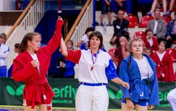 Rusia, Vladivostok, 06/30/2018 Competencia de lucha entre muchachas Torneo adolescente de artes marciales y y de deportes que luc foto de archivo