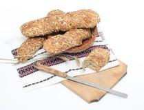 Rusiticbrood op traditionele doek en raad Stock Foto