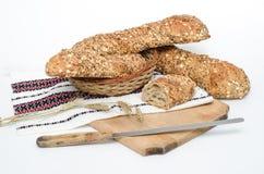Rusiticbrood op traditionele doek en raad Stock Afbeelding