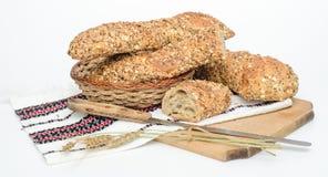 Rusiticbrood op traditionele doek en raad Stock Foto's