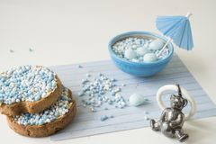 Rusk z błękitnymi aniseed piłkami, muisjes, Holenderska funda dla gdy chłopiec będzie urodzona w holandiach zdjęcia royalty free