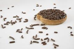 Rusk z czekoladą kropi, holender Hagelslag na bielu stole, fotografia royalty free