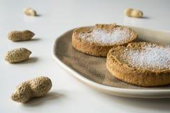 Rusk z Holenderskim masłem orzechowym i cukierem, na bielu stole zdjęcia royalty free