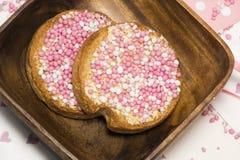 Rusk z różowymi aniseed piłkami, muisjes, tradycja w holandiach, świętować że dziewczynka jest urodzona obrazy royalty free