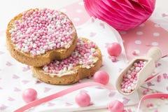 Rusk z różowymi aniseed piłkami, muisjes, typowa Holenderska funda gdy dziewczynka będzie urodzona w holandiach fotografia stock