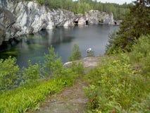 Ruskeala山公园-几百年的采矿史 自然大理石难以描述的秀丽在狂放的 卡累利阿 库存图片
