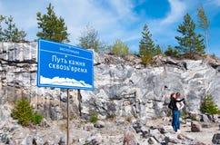 Ruskeala, Karelië, Rusland De mensen in de Berg parkeren Stock Foto's