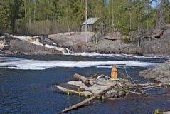 Ruskeala, Karelia, Rusia Castor de madera cerca de la cascada imagen de archivo