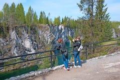 Ruskeala, Karelia, Rusia Gente en el parque de la montaña Imagen de archivo libre de regalías