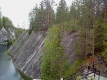 Ruskeala marmorerar villebr?det har omformats in i h?rligt parkerar i ryska Karelia arkivfoton